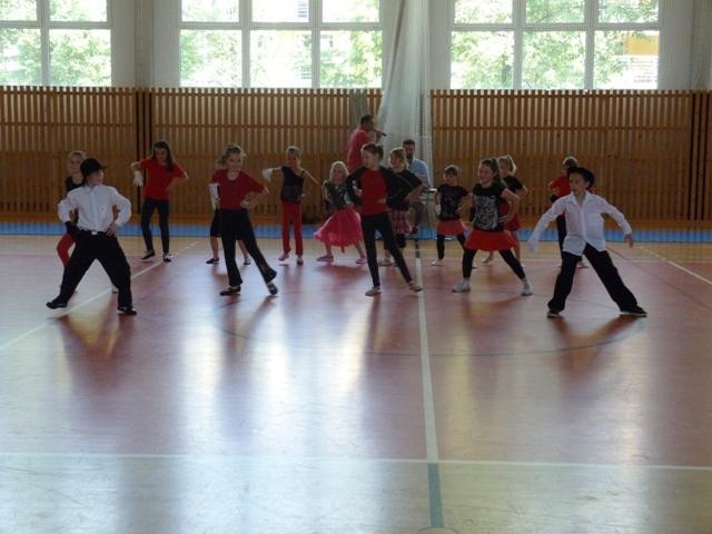 Závěrečná taneční soutěž tanečních kroužků, 8. ZŠ - soutěžní vystoupení JACKSON
