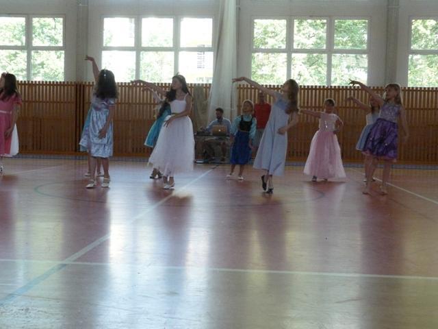 Závěrečná taneční soutěž tanečních kroužků, ZŠ staré Město - soutěžní vystoupení 3 OŘÍŠKY
